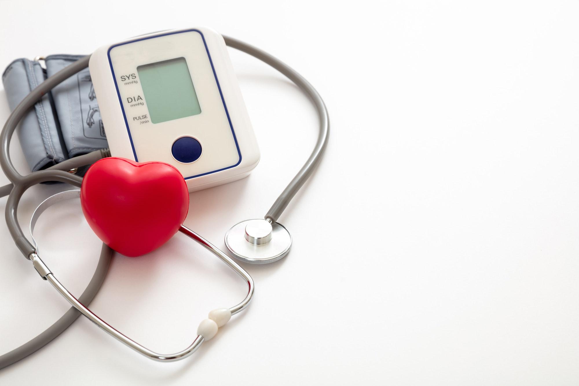Tonómetro electrónico médico medidor de presión arterial aislado sobre fondo blanco.